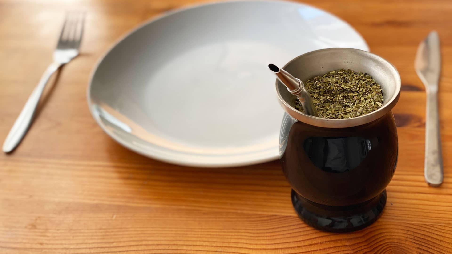 Kalebasse mit Mate und leeres Teller