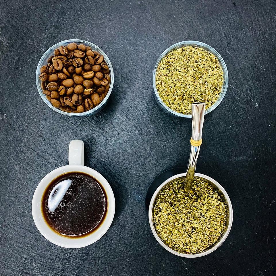 Mate und Kaffee nebeneinander